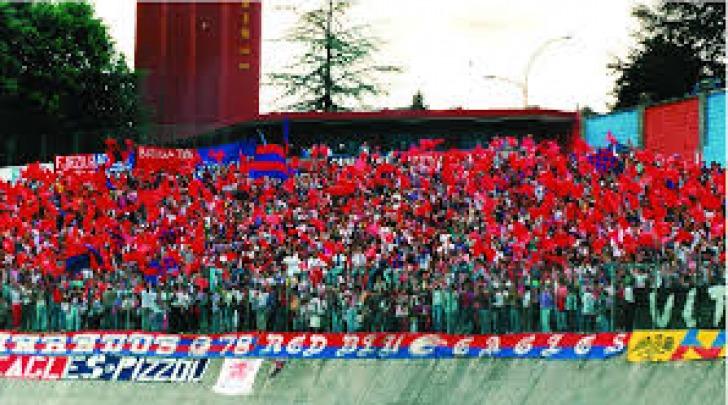 Tifosi della curva rossoblù