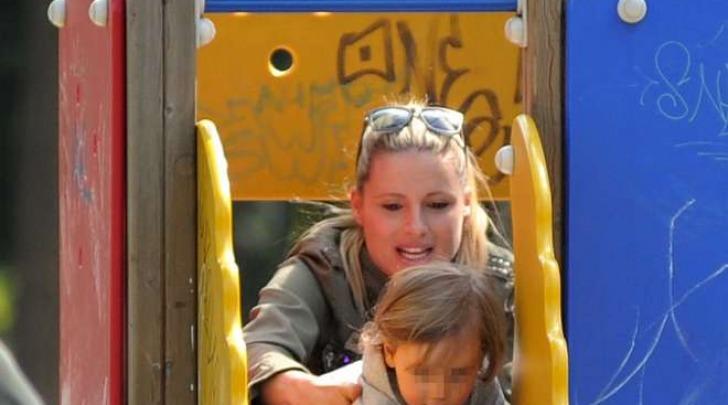 Michelle Hunizker al parco a Milano con Sole e la bodyguard (Olycom)