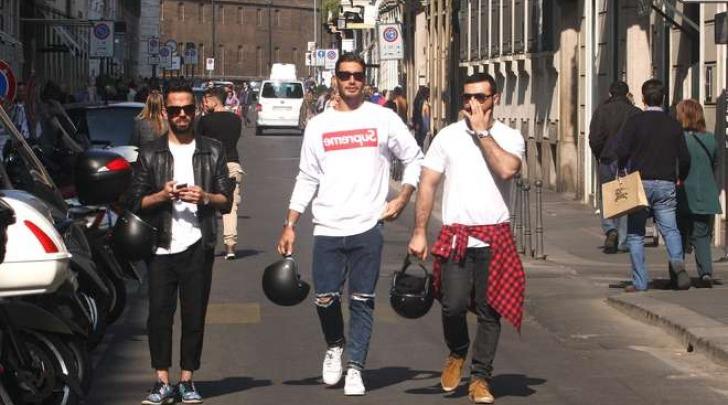 Stefano De Martino fa shopping a Milano con gli amici (Olycom)