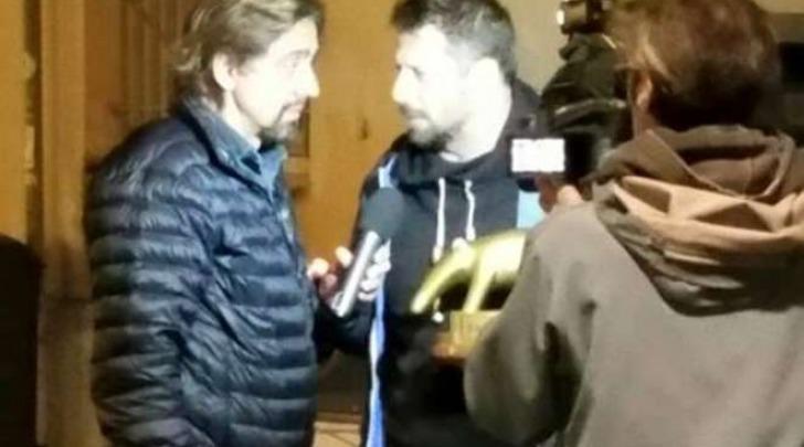 Valerio Staffelli consegna il tapiro al vincitore di Masterchef Stefano Callegaro
