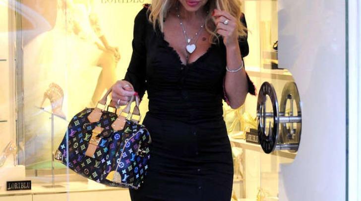 Valeria Marini fa shopping in centro a Roma