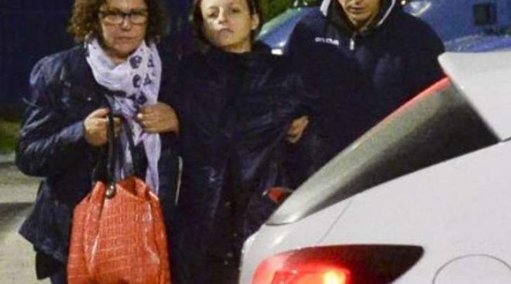 Veronica Panarello sorretta dal marito dopo l'interrogatorio