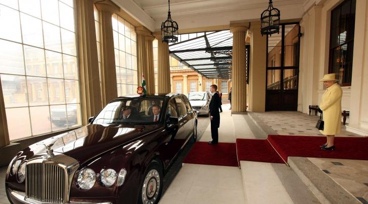 La Regina Elisabetta abbandona Buckingham Palace, foto da infophoto