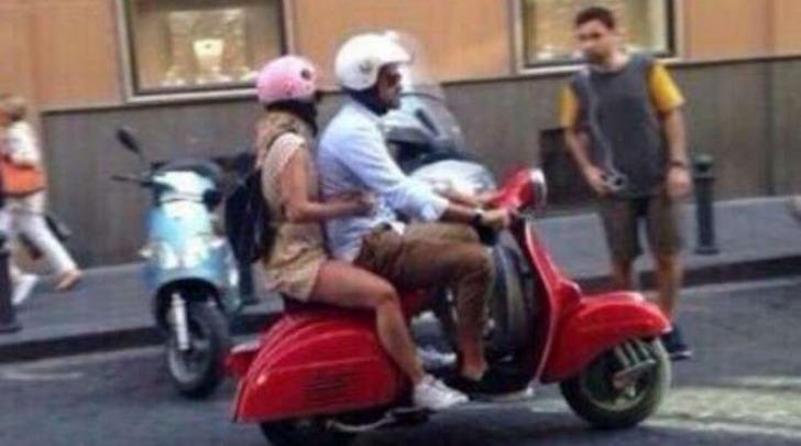 Emma Marrone e Fabio Borriello a Napoli in scooter (Sport Mediaset)