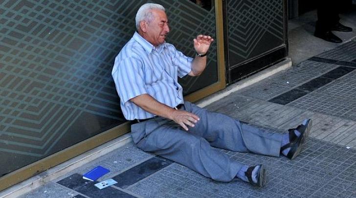 Pensionato greco in lacrime davanti a banca