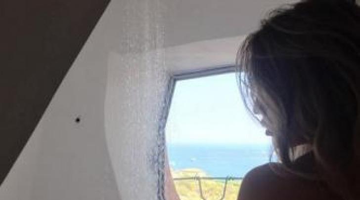 Claudia Galanti nuda sotto la doccia