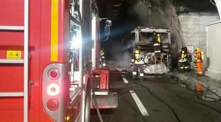 A24, Bus in fiamme nel Tunnel Del Gran Sasso