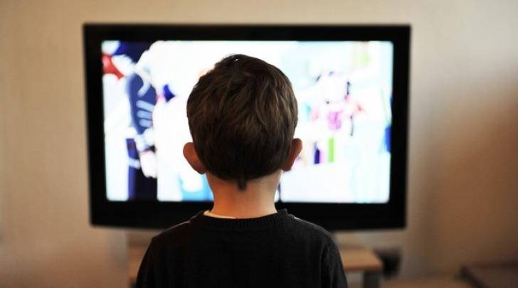 bimbi che guardano la Tv