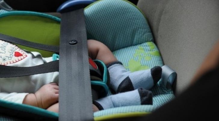 neonato in auto - foto di repertorio