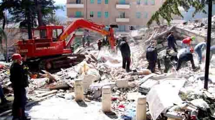 Il palazzo di Via Campo di Fossa a poche ore dal crollo