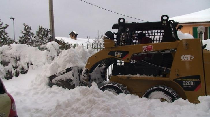 Un bobcat spala neve all'Aquila