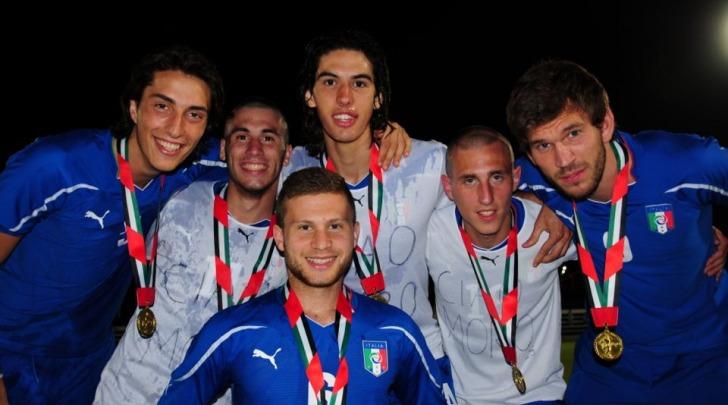 Marco Migliorini festeggia la vittoria con i suoi compagni