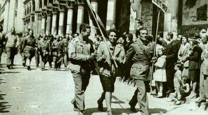 Manifestazione di partigiani per le strade di Milano subito dopo la liberazione
