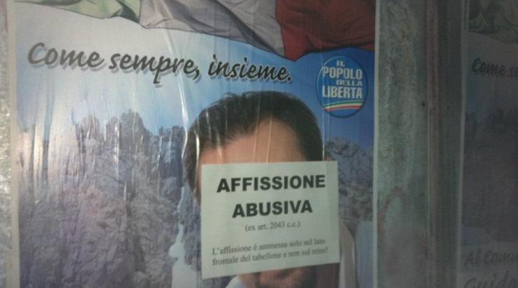 Il manifesto abusivo di un candidato Pdl