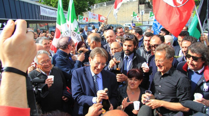 I festeggiamenti al comitato di Cialente (foto Ippoliti)