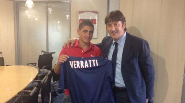 Verratti con la maglia del PSG, insieme al presidente Sebastiani