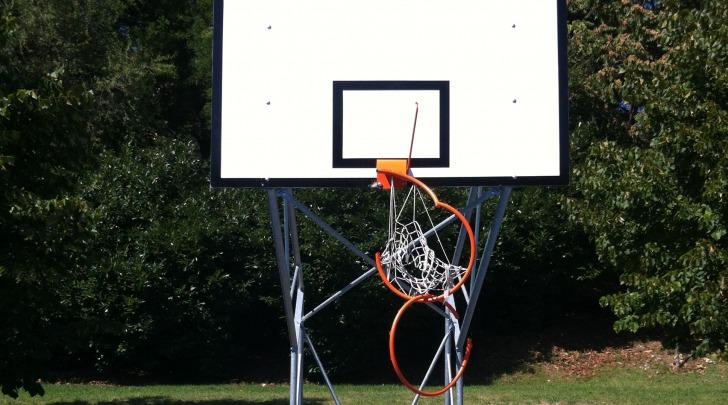 Danno nel campo basket del Parco Unicef